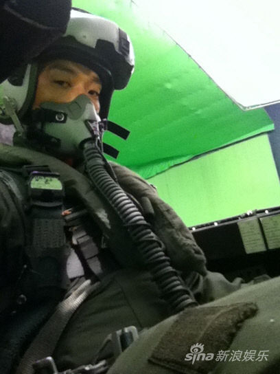 Rain身穿战斗机驾驶员服装在拍电影。