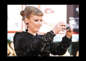 导演安德里亚・阿诺德反拍红地毯上的影迷。
