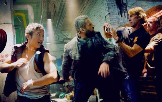 邹市明(左)在拍摄现场,右为导演迈克尔贝