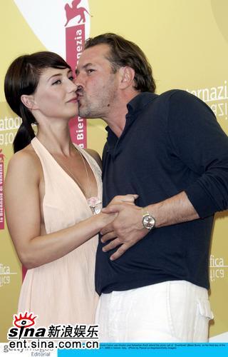 组图:《黑皮书》发布会男女主演亲密相拥亲吻