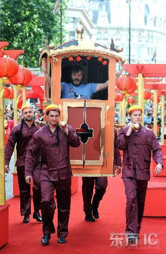 组图:《功夫熊猫》伦敦首映布莱克坐大轿拉风