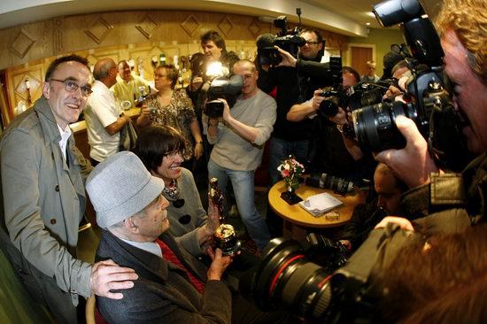 组图:丹尼-鲍尔与父亲家乡庆祝夺奥斯卡奖