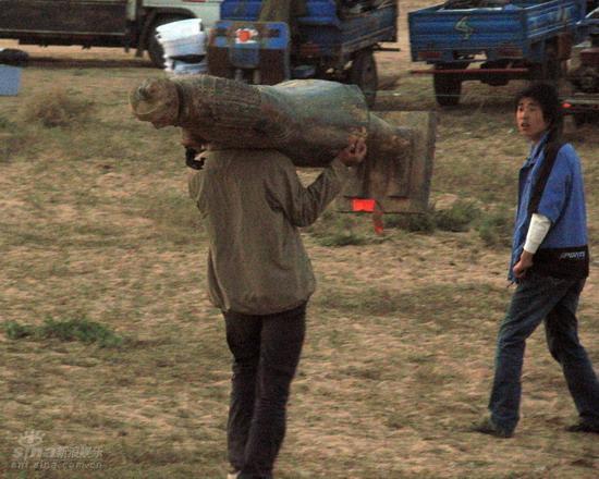 图文:《木乃伊3》河北片场--工作人员扛兵马俑