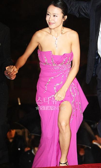 图文:全度妍着艳丽粉色礼服 佩戴华美钻石项链