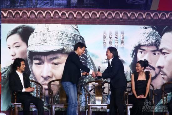 图文:《投名状》首映晚会刘德华与陈可辛握手