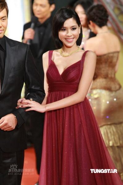 图文:44届台湾金马奖红毯张毓晨如邻家女孩