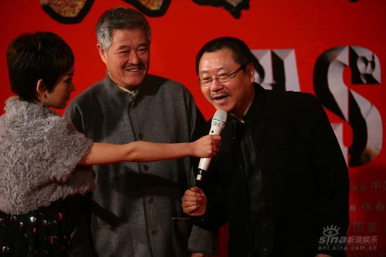 图文:《集结号》首映红毯范伟回答赵本山在旁
