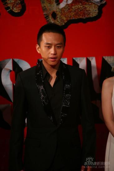 图文:《集结号》首映红毯邓超蕾丝西装出场