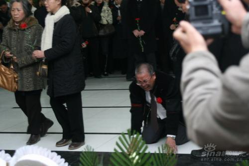 图文:孙道临遗体告别仪式悲痛万分的亲友