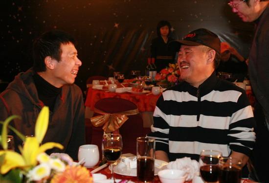 图文:《集结号》庆功--冯小刚赵本山说笑