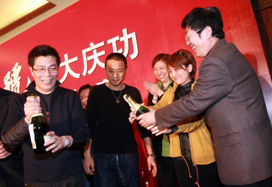 图文:《集结号》庆功--众人开香槟