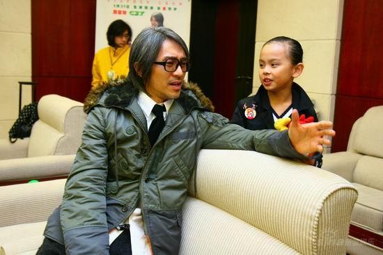 长江7号 首映后台 周星驰和黄蕾说笑
