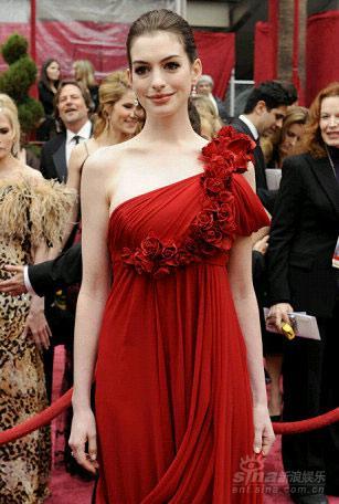 图文:安妮-海瑟薇红色单肩玫瑰礼服美丽绽放