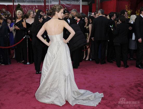 图文:女星凯丽-拉塞尔转身秀礼服展示美背