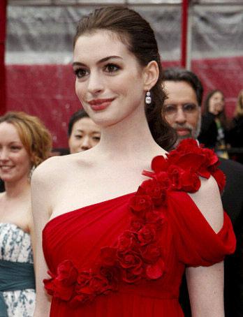 图文:安妮-海瑟薇笑容甜美礼服极具古典美