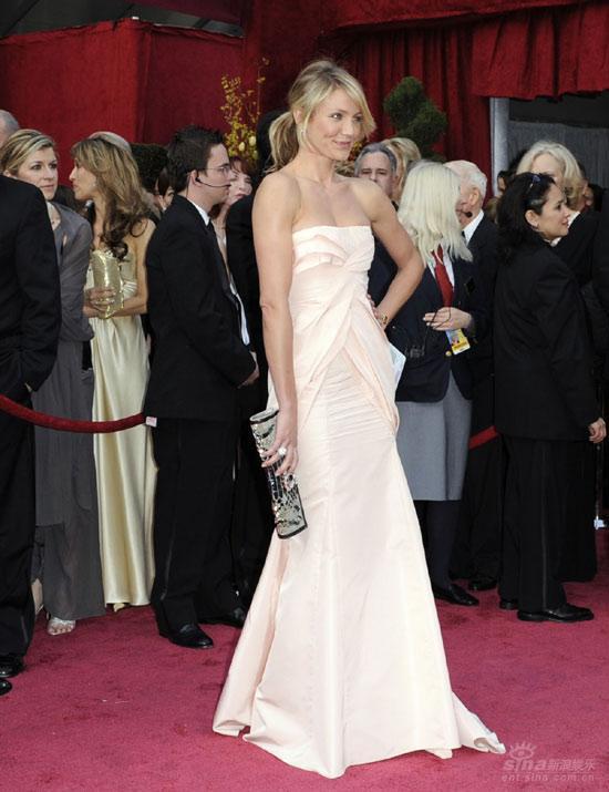 图文:卡梅隆-迪亚兹粉礼服亮相红毯娇美动人