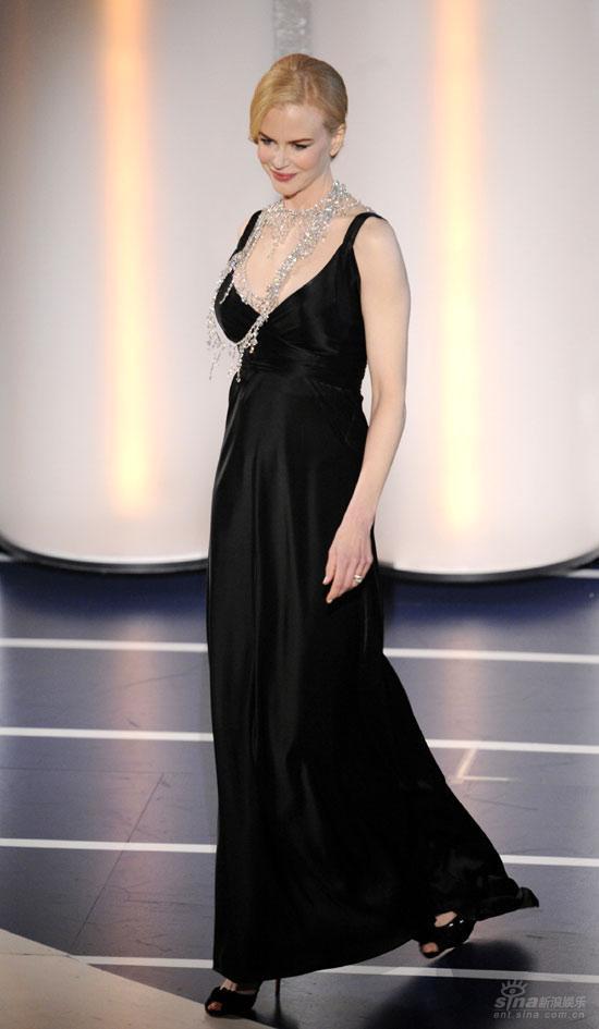 图文:妮可-基德曼登台颁奖黑色礼服尽显优雅