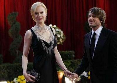 图文:妮可-基德曼与丈夫牵手面庞精致动人