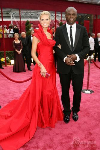 图文:海蒂-克鲁姆着娇艳红裙携夫红毯秀恩爱