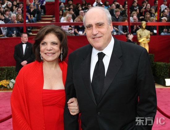 图文:电影艺术科学院主席携妻子恩爱亮相红毯