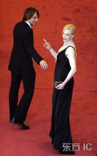 图文:妮可-基德曼怀孕与丈夫甜蜜亮相走红毯