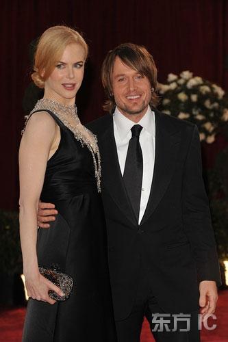 图文:妮可-基德曼怀孕亮相丈夫厄本搂腰呵护