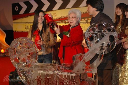 图文:新首都电影院开业庆典--田华为冰雕注酒