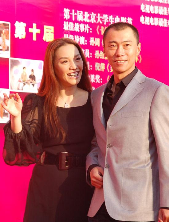 图文:郑昊与戴玮走红毯显绅士风度