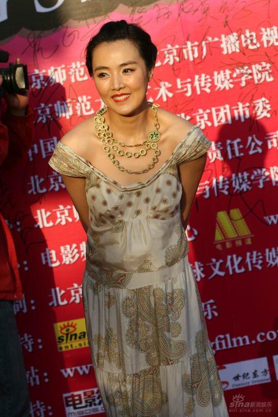 图文:大学生电影节红毯姜宏波肩带摇摇欲坠