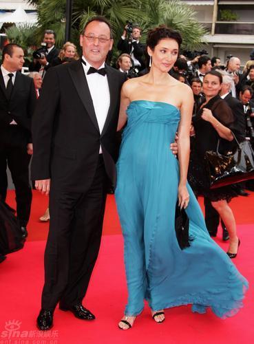 图文:戛纳闭幕红毯--让-雷诺与妻子红毯秀恩爱