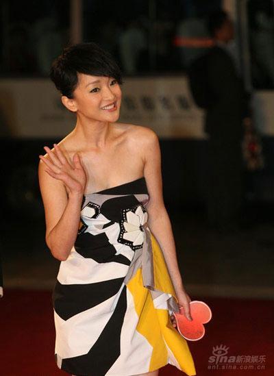 图文:上海电影节开幕红毯--周迅复古短裙娇俏