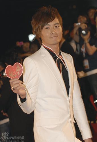 图文:上海电影节开幕红毯--郑元畅表情俏皮