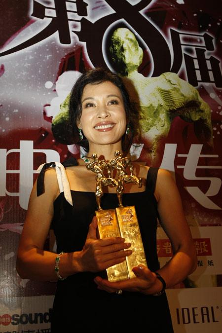 图文:华语电影传媒奖颁奖--陈冲手捧双奖喜上眉梢