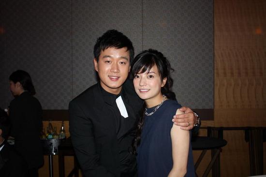 组图:佟大为帅气亮相东京与众女星亲密合影
