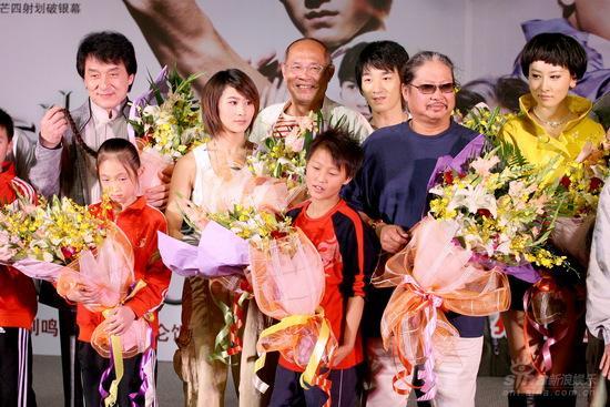 图文:《武术》首映--主创手捧鲜花
