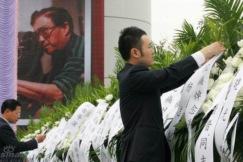 图文:谢晋追悼会准备就绪--工作人员摆放花圈
