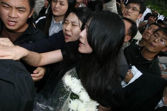 图文:范冰冰司机与记者发生冲突劝架