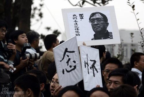 图文:谢晋追悼会举行--市民书写怀念表心情