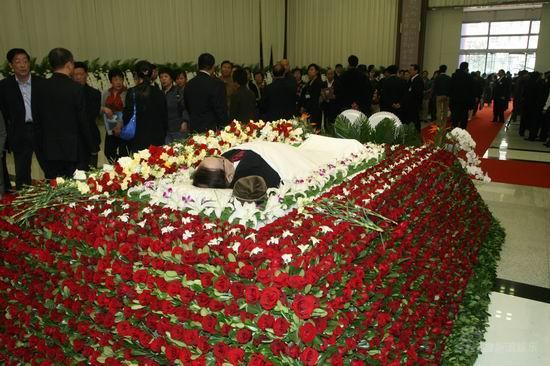 图文:谢晋追悼会上海举行鲜花簇拥谢导遗体