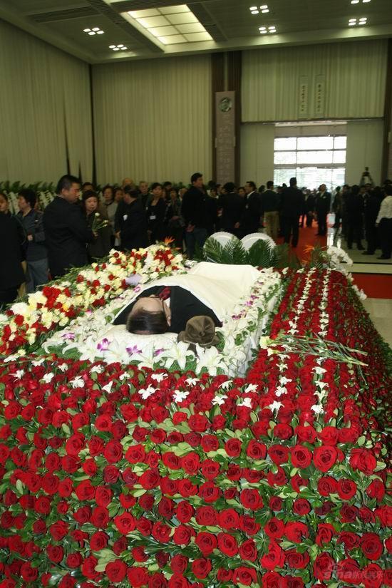 图文:谢晋追悼会上海举行谢导安睡鲜花丛中