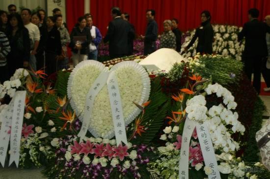 图文:谢晋追悼会上海举行妻子儿女敬献的花圈