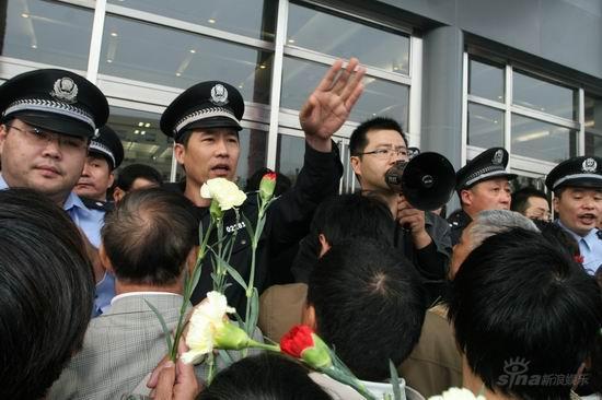图文:谢晋追悼会上海举行--现场秩序混乱