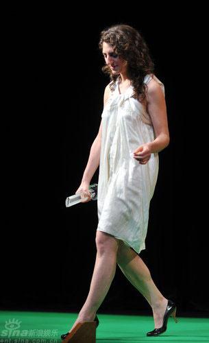 图文:代影后领奖女星走下讲台显露光洁美腿