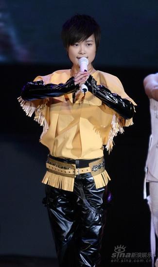 图文:《梅兰芳》首映庆典--李宇春抱拳致意