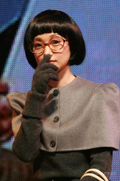 图文:《女人不坏》首映--周迅闻手指