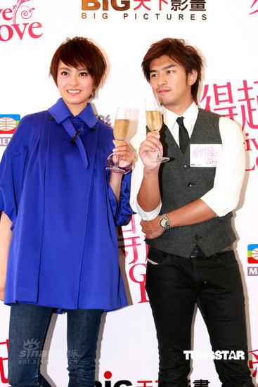 图文:《爱得起》发布会--两人举香槟酒庆祝