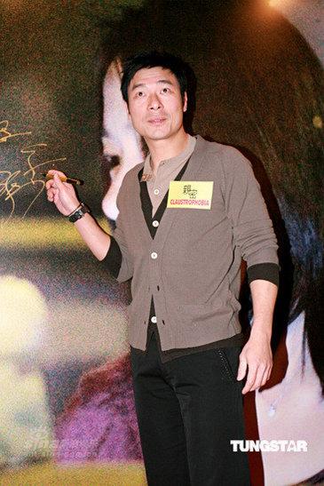 图文:《亲密》香港首映--许志安到场签名