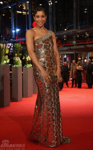 图文:柏林红毯--安娜贝尔着斜肩金片闪裙亮相