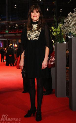 图文:柏林电影节红毯--哈勃兰一身黑衣显身段