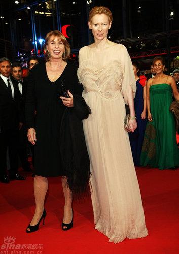 图文:柏林红毯--女演员赛塔和斯文顿开心合影